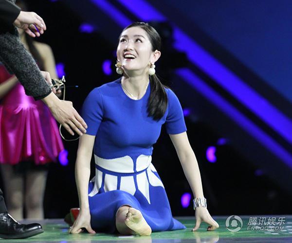 《超级战队》谢娜穿裙子劈叉 因选手受伤而泪崩