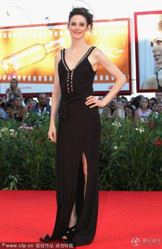 组图:威尼斯闭幕红毯 西班牙女星黑裙秀美肤