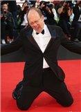威尼斯电影节闭幕 卡洛维多尼红毯跪地亮相
