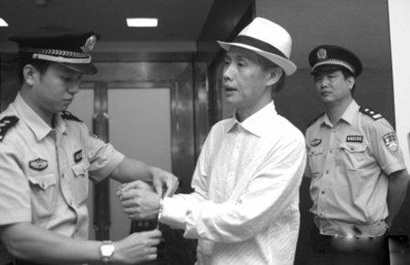 邓建国欠债不还头等舱中被拘 因拍摄电视剧欠款