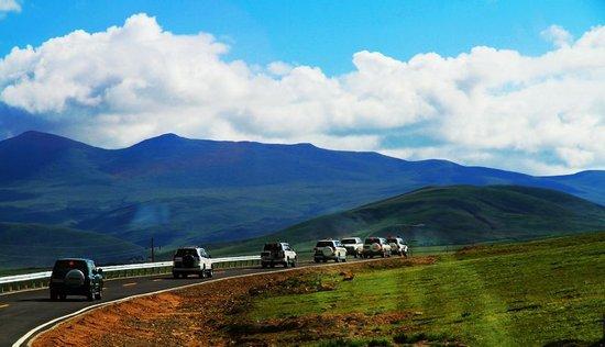 首批爱心行动志愿者抵藏 韩红:圆了三年的梦