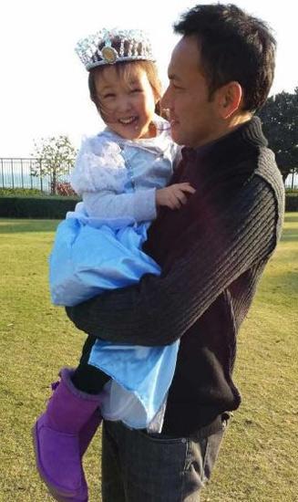 爸爸抱着女儿-郭可盈晒为女儿温馨庆生照 全家亲密依偎