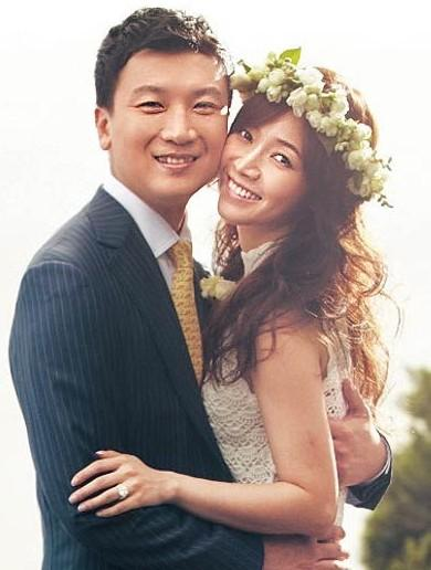 侯佩岑結婚4周年 晒老公吻萌兒超温馨照(图)