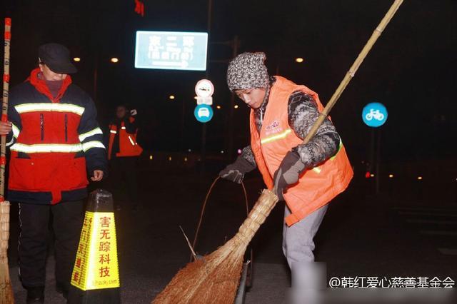 张一山亲自参与公益扫大街 发文感谢环卫工人