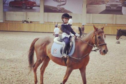 高晓松娇妻晒女儿骑马照 许愿将来骑马挣钱养我