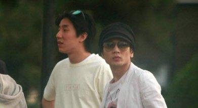 """王烁(右)与""""龙""""太子房祖名过从甚密。"""