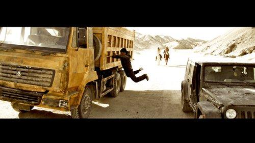 《西风烈》单挑《敢死队》:硬汉电影大火并