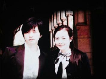 李健北京演唱会晒与妻子合影 10岁认识青梅竹马