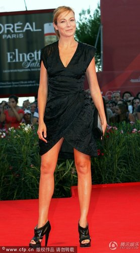 组图:威尼斯闭幕红毯 史蒂芬妮黑色短裙秀美腿