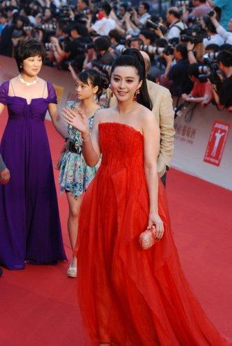 第13届上海电影节开幕 范冰冰红色长裙温婉柔美