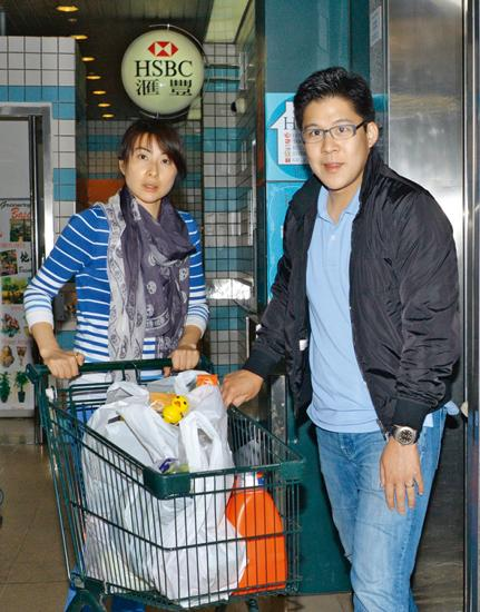 郭晶晶一家三口逛超市 用多语种与儿子交流