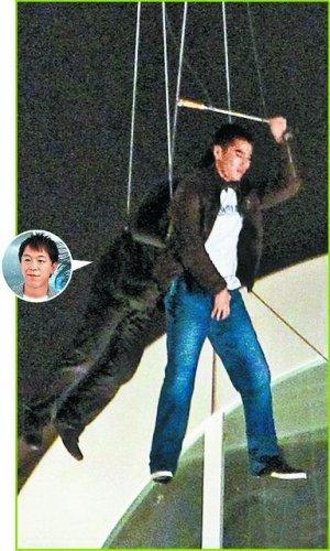 《痞子英雄》赵又廷被逼坠楼 一心只护命根子