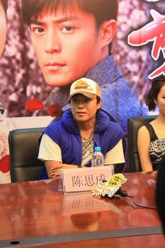 陈思成福州宣传《新一剪梅》 对记者大赞张静初