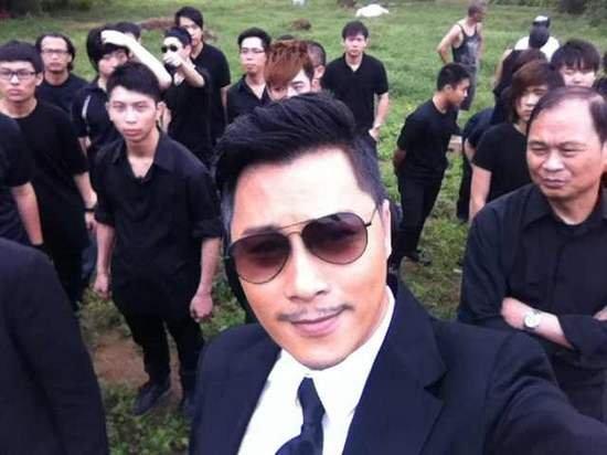 《扎职》讲述香港十年变迁 谭耀文西装黑超上阵