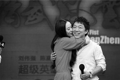 黄渤宣传《精武风云》自嘲貌丑 霍思燕主动献吻
