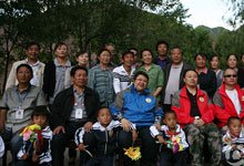 韩红与孤儿院老师与孩子合影