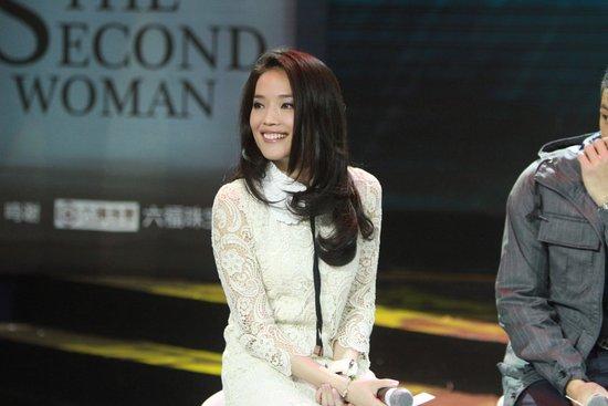 六福舒淇排队情迷余文乐主演电影《珠宝》论赞助视频图片