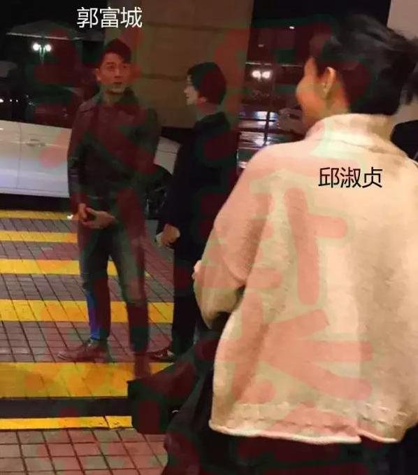 王凯昔日生活照曝光 被女性普通朋友亲脸