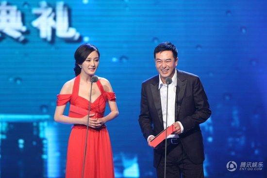 杨幂获观众票选最具人气女演员奖 谦虚自称新人