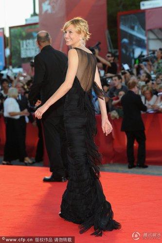 组图:威尼斯闭幕红毯 达坤耐特透视装秀性感
