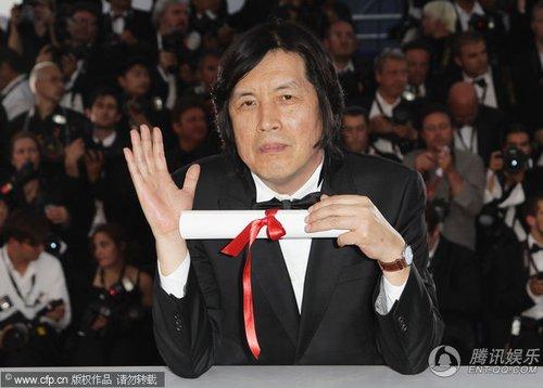 组图:第63届戛纳电影节闭幕 李沧东亮相后台