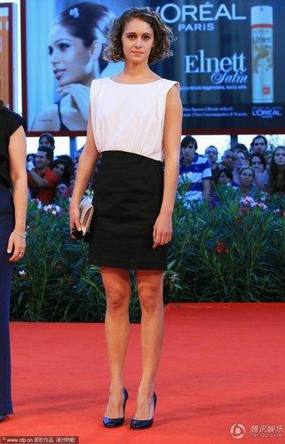 组图:威尼斯闭幕红毯 阿里安纳高腰裙简约素雅