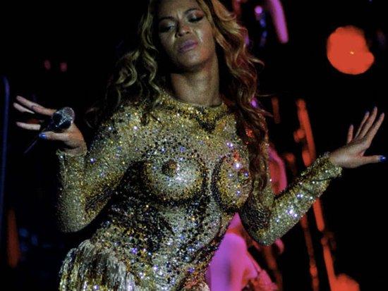 碧昂斯黄金假乳连体衣引争议 遭时尚批评家抨击