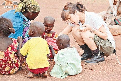 萧亚轩体验贫困开启视野 照顾小孩尽显母爱本色