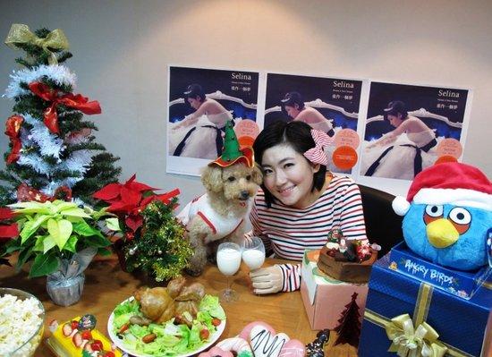 Selina圣诞庆功吃烤鸡 期待与Hebe、Ella换礼物