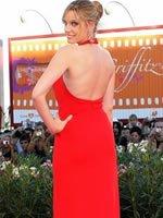 卡罗琳娜-邦红裙亮相