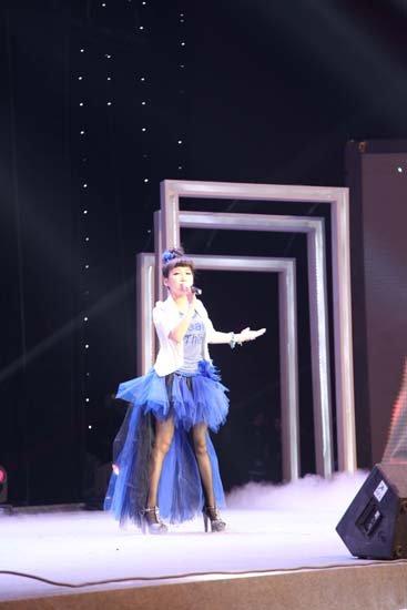 艾梦萌助阵《舞动中国》 现场向选手求编舞