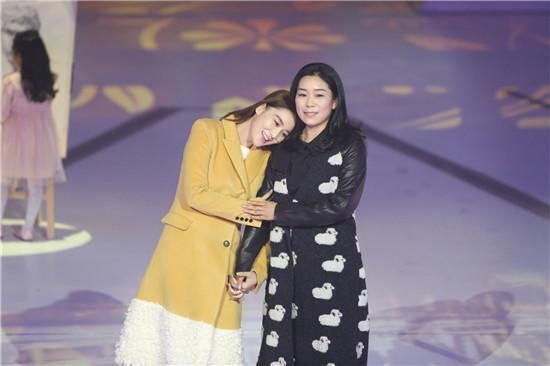 张馨予携母亲参加综艺秀 网友:妈妈好养眼