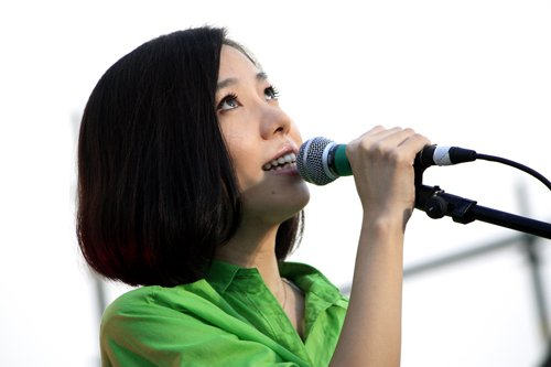 曹方献唱LOVE·音乐节 现场为慈善举行签售会