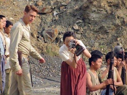 电视 中国远征军 正文  李玥《远征军》中充当摄影师 李玥摆弄古董