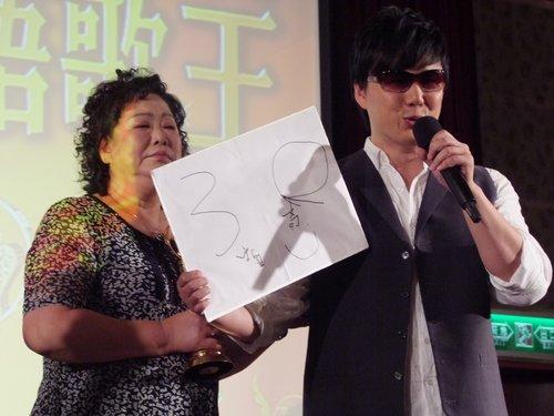 萧妈妈现身记者会 金曲歌王萧煌奇补办庆功宴