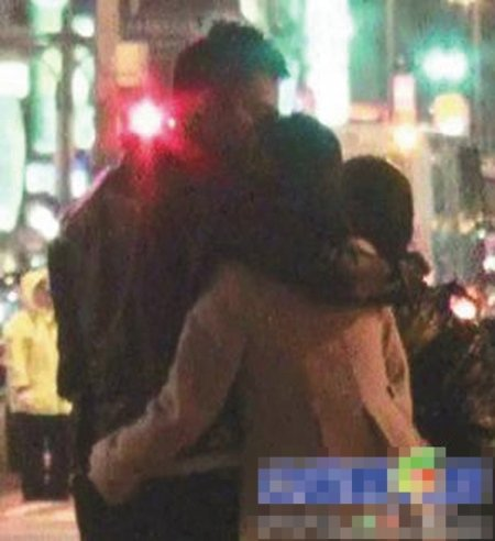 大S与汪小菲台北街头激吻 蹲地帮老公绑鞋带(图)