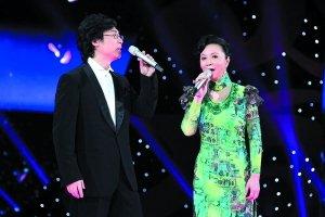 """央视元宵不颁奖节目实打实 刘谦""""变证件""""回国"""