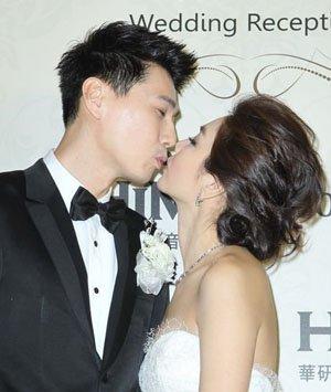新娘新郎甜蜜拥吻