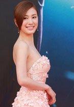 蒋家�F粉色纱裙显优雅