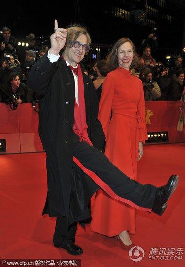 图文:柏林电影节开幕红毯 维姆·文德斯耍宝