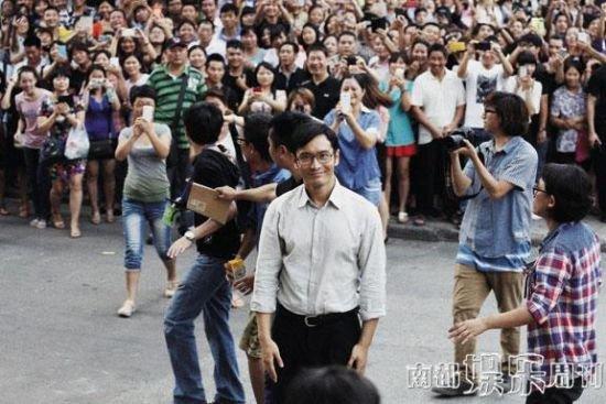 黄晓明开土豪金现身小镇 疑拍《中国合伙人2》