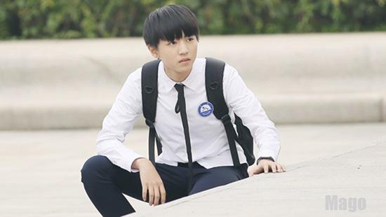 怪不得我们王俊凯在家族微信上发语音时特意提到了风往衬衫里吹的事情