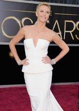 查理兹・塞隆白色抹胸裙似玉瓷 造型女王范十足