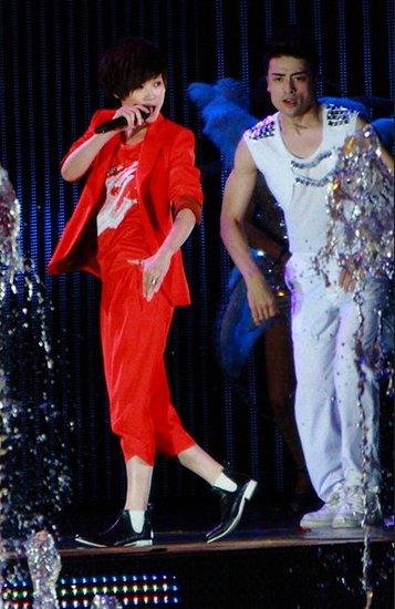 李宇春任《达人秀》表演嘉宾 深情献歌掀热潮