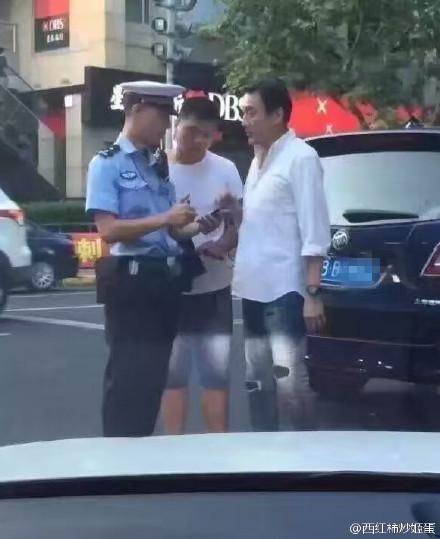 网曝梁家辉上海被开罚单 因占用公交车道行驶