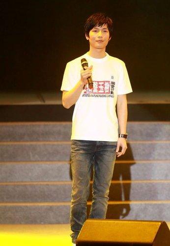 陈楚生出席香港赈灾义演 心系灾区《与你同在》
