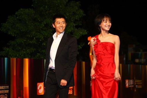 """王珞丹金鹰节""""最红""""亮相 气质优雅笑容亲切"""