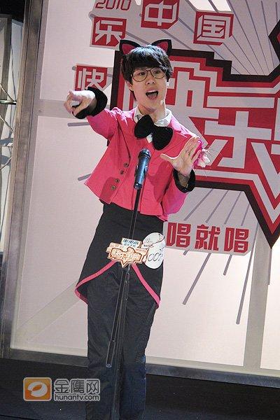 沈阳伪娘粉红小猫造型跳舞 评委赞像快男吉祥物