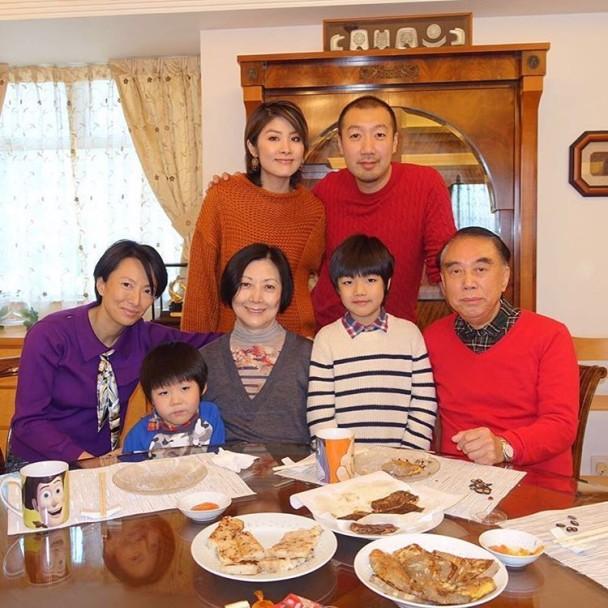 陈慧琳新年晒全家福 携子与丈夫家人共吃团圆饭
