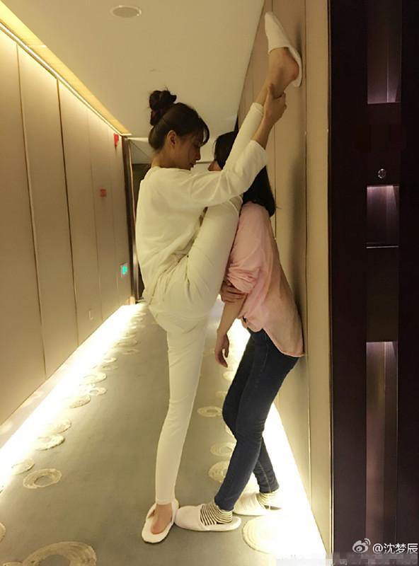 沈梦辰加盟SNH48第三届总决选 与妹子们比美腿